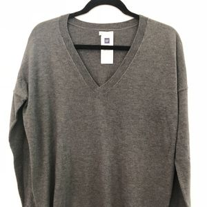 NWT GAP V-neck pull over sweater, Size M